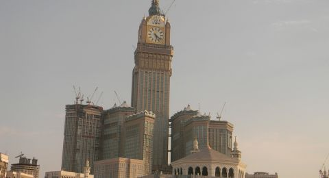 مكة تتهيأ لثلاث قمم وسط ازدحام المصلين مع قرب نهاية رمضان
