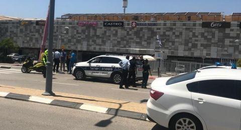 محاولة سرقة سلاح حارس بمجمع تجاري في رمات يشاي وإطلاق نار