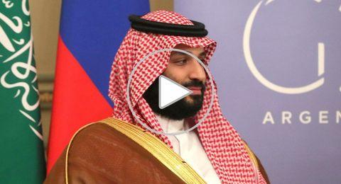 مصافحة بين ولي العهد السعودي ورئيس الوزراء القطري