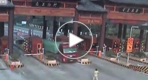 واقعة نادرة.. شاحنة عملاقة تهرب من سائقها بالصين