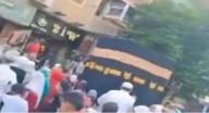 مصريون يطوفون حول مجسم للكعبة في الشارع مرددين لبيك اللهم لبيك.. والأزهر يعلق!