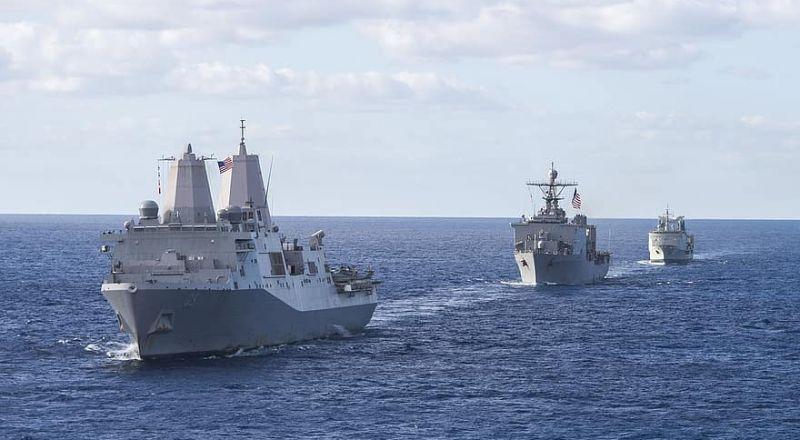 فقد 8 من مشاة البحرية الأمريكية بعد غرق سفينتهم
