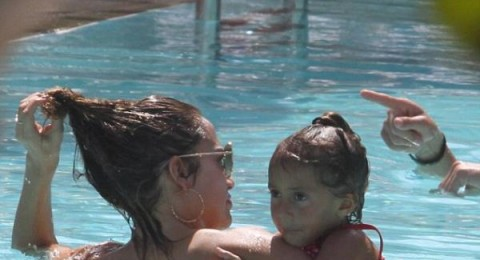 لوبيز تلهو مع اطفالها في بركة السباحة