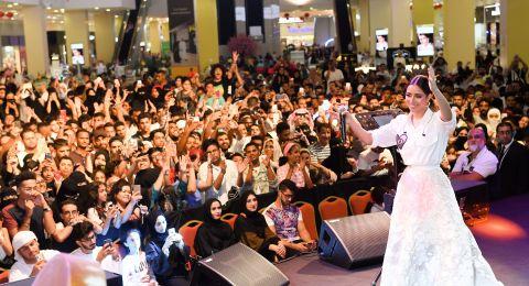 بلقيس تلتزم أمام الجمهور وتحيي حفلها في دبي رغم إصابتها في قدمها