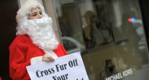 سانتا كلاوس يتظاهر ضد مصمم الازياء العالمي مايكل كورس