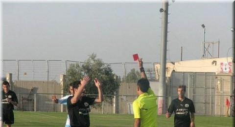 لاعب جسر الزرقاء يوجه لكمة لوجه حكم المباراة ويتم اعتقاله