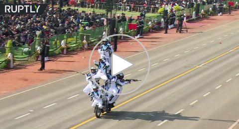 عرض مذهل لسائقي الدراجات النارية أثناء احتفالات العيد الوطني في الهند
