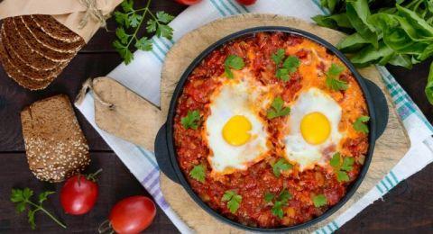 اليك طريقة اشهى فطور .. بيض عيون بالطماطم