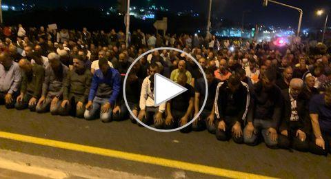كفر قرع: تشييع جثمان القتيل مصري، مسيرة احتجاجية ضد العنف، وصلاة العشاء على الشارع الرئيسي