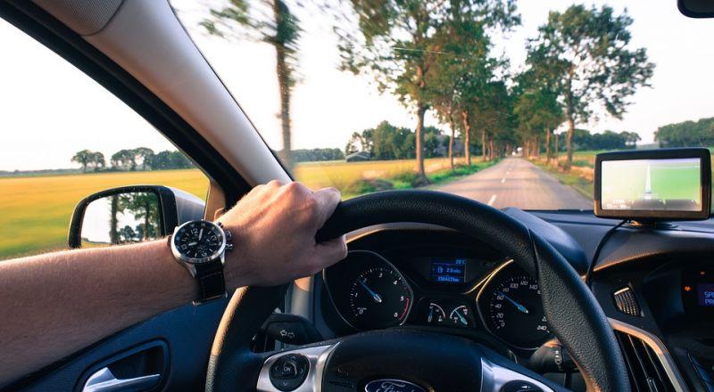 أخطاء يرتكبها السائقون أثناء القيادة.. أبرزها الأكل والإلتفاف المفاجئ