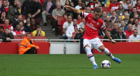 أوزيل يمدد عقده مع أرسنال