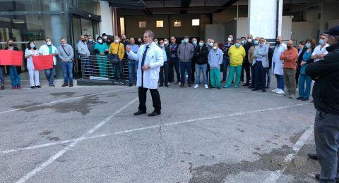 الممرضون والممرضات في مستشفى العائلة المقدسة يواصلون احتجاجهم