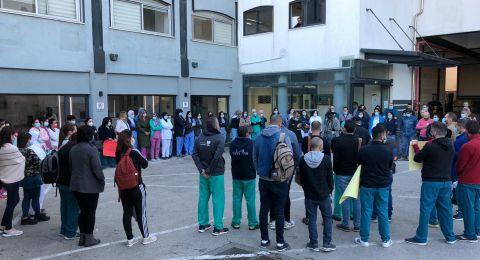 الممرضون والممرضات في مستشفى العائلة المقدسة يتظاهرون ضد إدارة المستشفى