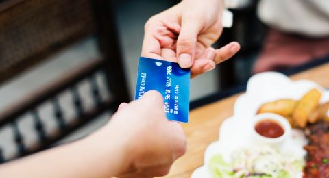 شابان من سخنين اشتروا أجهزة هواتف بـ60 ألف شيكل ببطاقة مسروقة
