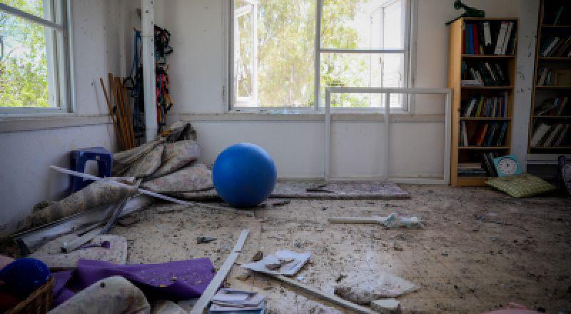 غلاف غزة: اصابة عجوز بعد تعرض منزلها بشظايا صاروخ