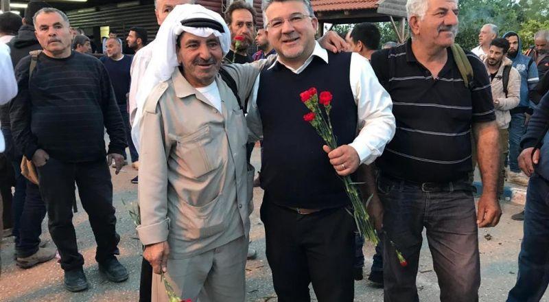 معبر قلقيلية: الجبهة والحزب توزّعان الورود على العمّال بمناسبة الأولّ من أيّار