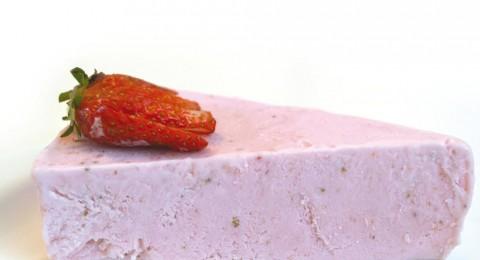 كعكة بوظة التوت مقدمة من محلبة طاره