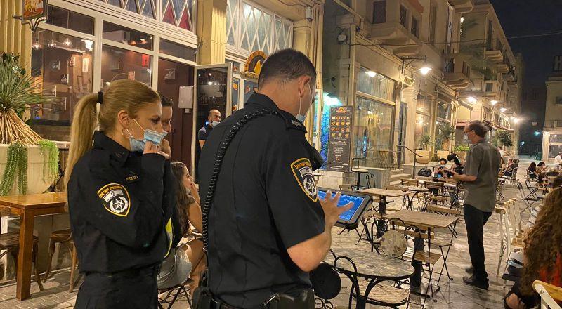 حيفا: غرامات مالية لمواطنين وأصحاب مطاعم بسبب عدم الالتزام بتعليمات الكورونا