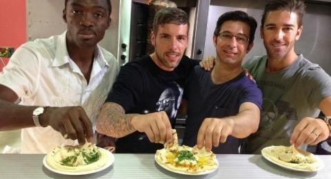 الثلاثي الاسباني يذوق الطعام الشرقي قبل ان يجري تدريبه الاول