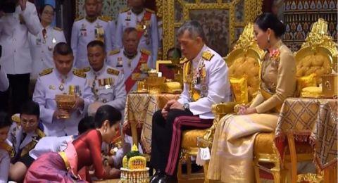 فور الاعتراف بتعدد الزوجات.. ملك تايلاند يجمع ممرضة إلى مضيفة طيران