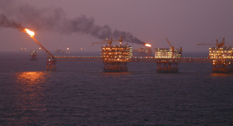 النفط يهبط بعد زيادة الإنتاج الأميركي