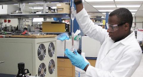 عمال المختبرات يجمّدون اضرابهم