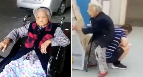 رجل يحوّل ظهره إلى مقعد لتجلس عليه أمه المُسِنة