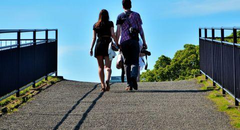 كيف تتفاعل الأبراج مع الوقوع في الحب.. من يتقبله ومن يهرب منه؟