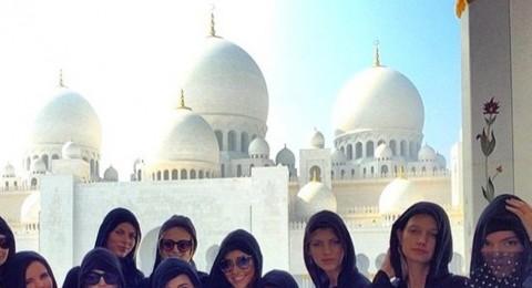 سيلينا غوميز ترتدي الحجاب وتزور مسجد الشيخ زايد في أبو ظبي
