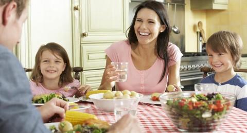 فوائد تناول الطعام العائلي في تنمية العلاقات الزوجية والعائلية