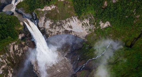 حفرة غامضة تُخفي أكبر وأشهر شلالات الإكوادور