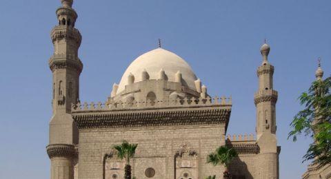 الأوقاف المصرية تنهي خدمة إمام مسجد لإصراره على إقامة الصلاة
