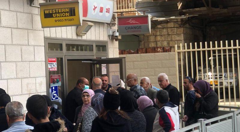 الناصرة، موظفو البلدية ينظمون حركة المواطنين في فرع البريد لاستلام المخصصات