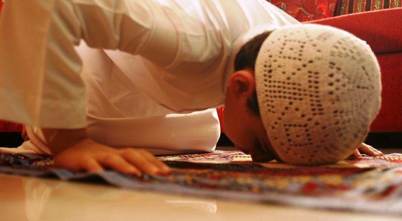 هل يجوز للصبي إمامة والديه أثناء الصلاة جماعة بالمنزل؟
