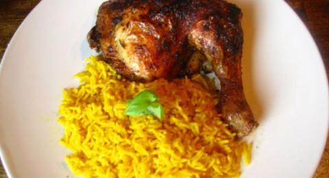 الدجاج المشوي بصوص الباربكيو والأرز بالكاري