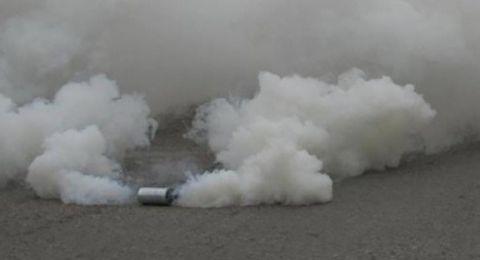 طفلان يلقيان قنبلة مسيلة للدموع على طابور مدرسي في ابو ديس