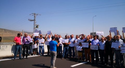 اهالي كفركنا يغلقون شارع طبريا حيفا إحتجاجا على العنف