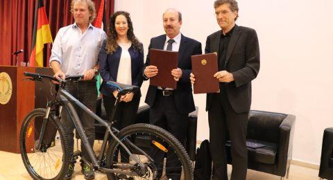 في إطار إتفاقية التوأمة بين بلديتي بيت لحم وكولونيا، توقيع إتفاقية للتبرع بعشر دراجات هوائية لمدينة بيت لحم