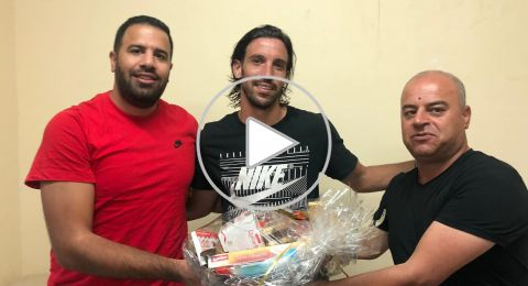 جمهور الاخاء النصراوي يقدم سلال الحلوى للاعبي الفريق