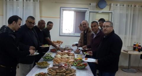 طلاب الأخوة جلبوع ينظمون إفطارًا للمعلمين ويكرموهم بمناسبة يوم المعلم
