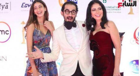 ابنة الفنان أحمد حلمي تتألق مع والديها