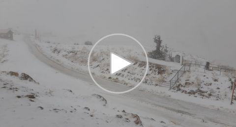مفاجأة بيضاء... الثلوج تتساقط على قمة جبل الشيخ