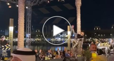 شاهدوا لحظة سقوط محمد رمضان على الأرض أثناء تكريمه في دبي.. ومتابعون يسخرون