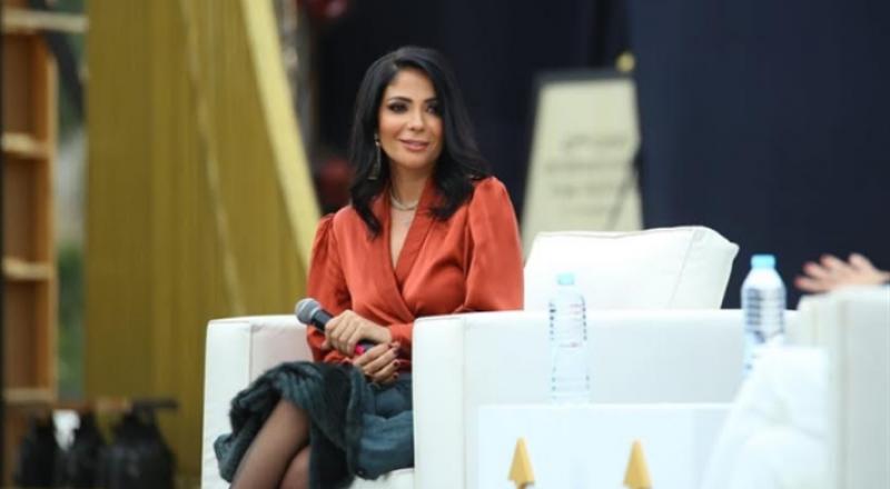 منى زكي تعتذر لأحمد حلمي في ندوة تكريمها