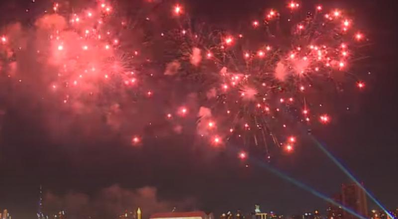ألعاب نارية تتوج الاحتفالات بمناسبة العيد الوطني في دبي