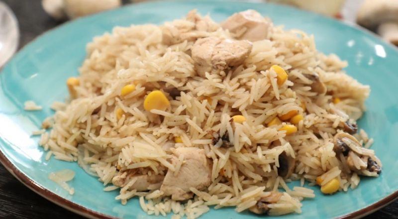 أرز بالدجاج والفطر والذرة