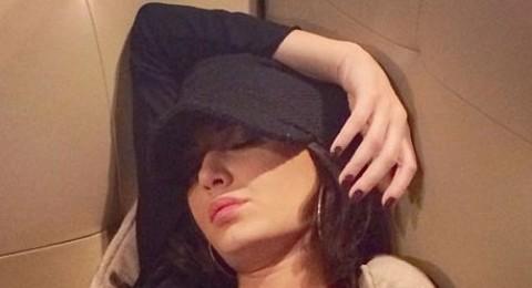 سيرين عبدالنور يغلبها النوم في المطار