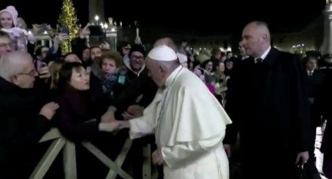 امرأة تثير غضب البابا فرنسيس