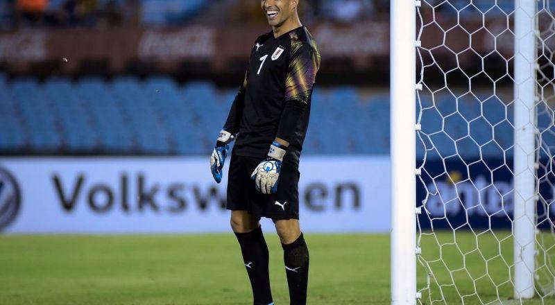 سواريز يلعب حارسا لمرمى منتخب الأوروغواي  Bb0136
