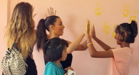 زيارة كيم كارداشيان لأيتام تايلاند..إنسانية أم